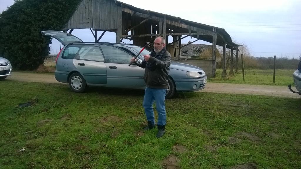 Gérard démêle sa canne à ...........pêche