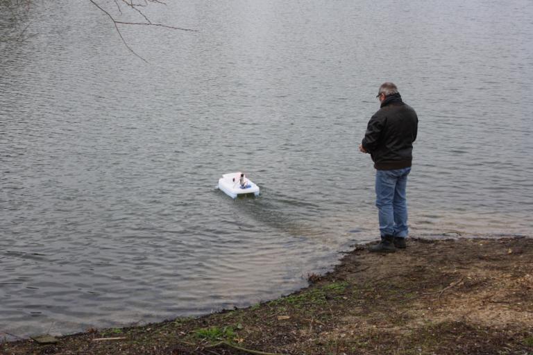 Gérard et son bateau amorceur